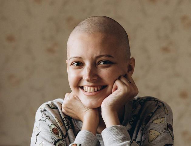 «З посмішкою на обличчі»: онкохворій лучанці Мар'яні Пархом'юк поголили голову. ВІДЕО