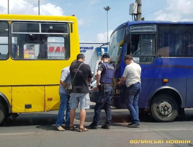У Луцьку біля торгового центру – аварія за участю маршрутки. ФОТО