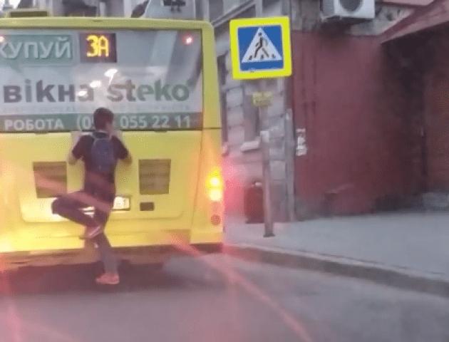 Людина-павук: молодик катався на автобусі, зачепившись позаду. ВІДЕО