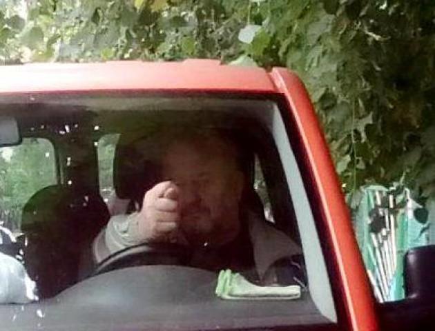 У Луцьку водій, який припаркувався на тротуарі, крутив дулі перехожим