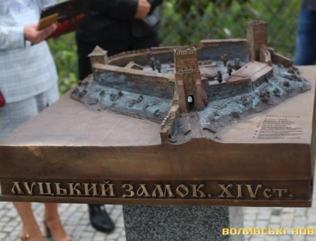 У Луцьку встановили бронзовий макет Луцького замку. ФОТО