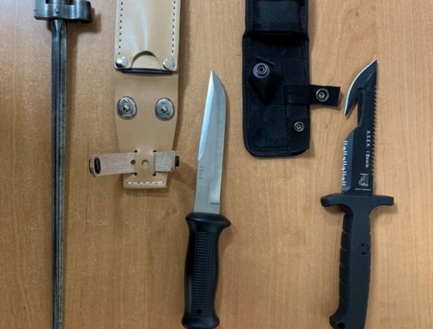 На Ягодині митники знайшли холодну зброю і наркотики