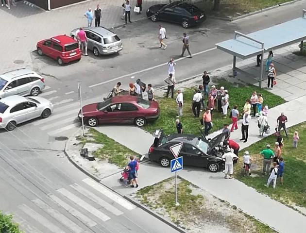Аварія на перехресті: від удару машини викинуло на тротуар. ФОТО