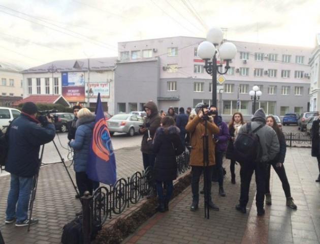 У Луцьку студенти вийшли на мітинг за пільговий проїзд у маршрутках. ФОТО