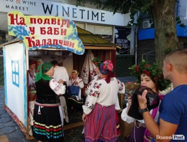 У центрі Луцька готуються до фестивалю «Берегиня». ФОТО