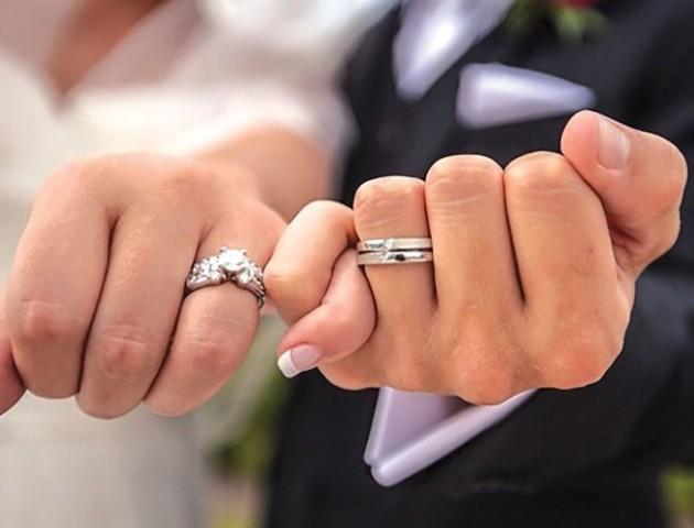 Волиняни дедалі частіше укладають «шлюб за добу»
