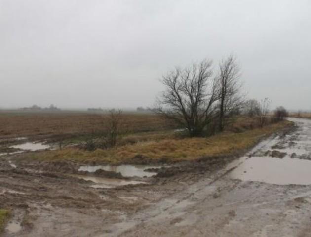 Вантажівки знищили дорогу на Волині, яку селяни ремонтували за свій рахунок