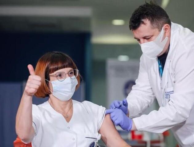 У Польщі зробили перші щеплення від коронавірусу. Хто їх отримав
