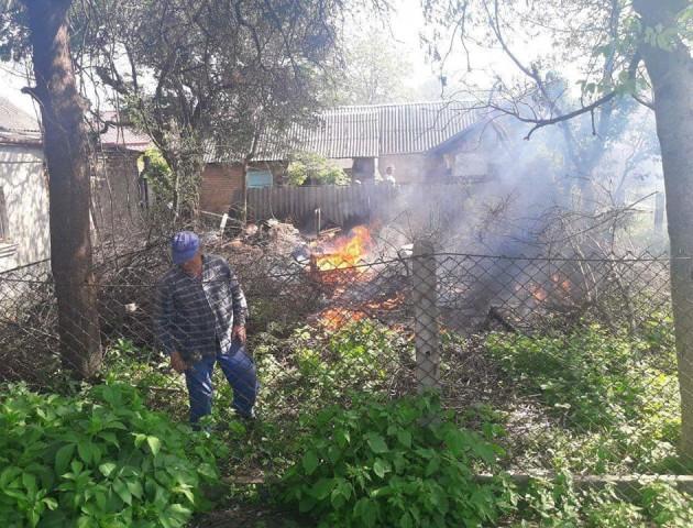 У Луцьку підпалили суху траву: вогонь ледь не перекинувся у двір. ФОТО