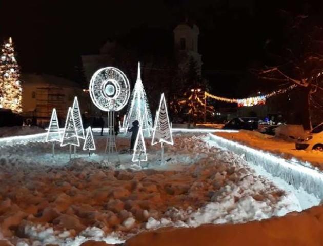 У Луцьку встановили новорічну інсталяцію на місці колишнього фонтану. ФОТО