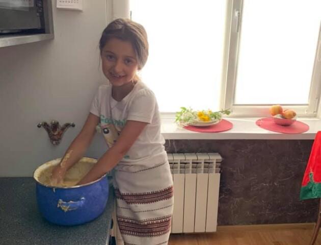 У Вусенко діти місили тісто, а Дулапчій малювала яйця помадкою. Як волиняни готуватися до Паски