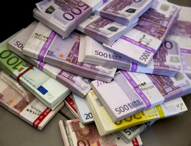 Курс валют на 14 лютого: долар летить вниз, євро додає в ціні