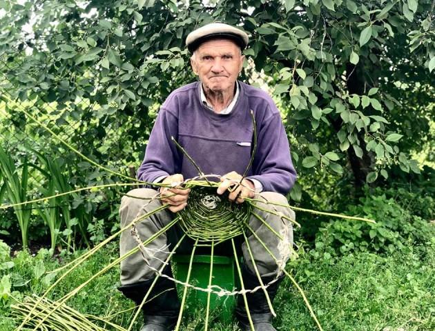 Волинський нардеп приймає «замовлення» на лозові кошики від діда Івана