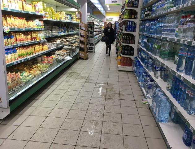 У Луцьку магазин працює, незважаючи на сморід в торговому залі. ФОТО