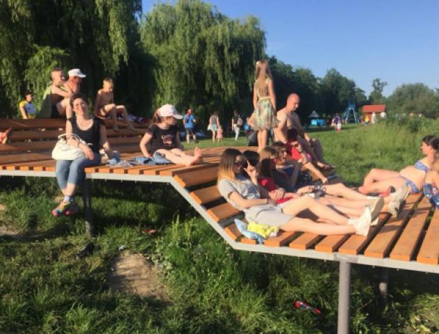 У луцькому парку на пляжі встановили величезний лежак. ФОТО