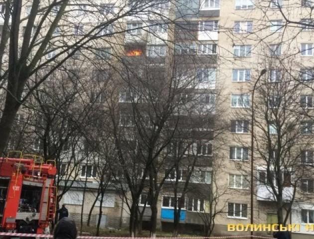 У Луцьку горить квартира багатоповерхівки. Відео