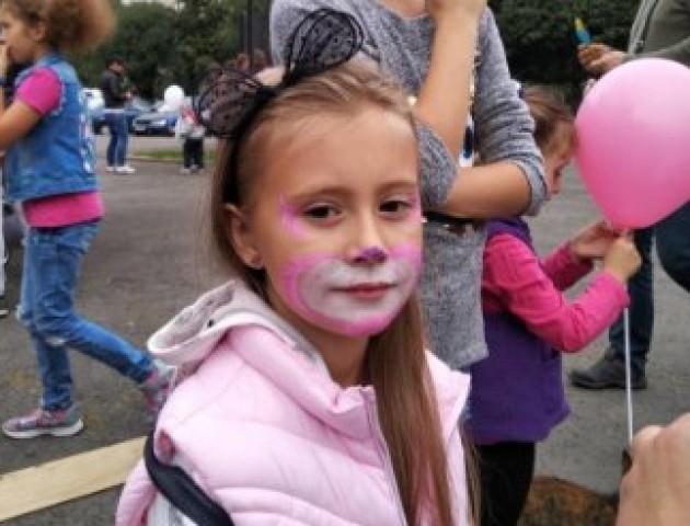 У Луцьку біля РАЦСу провели свято для дітей. ФОТО