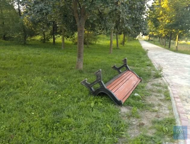 У місті на Волині молодики в парку поперекидали лавки. ВІДЕО