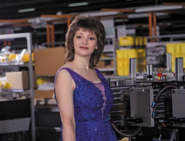 Працівницям луцького заводу «Кромберг енд Шуберт» влаштували фотосесію у розкішних сукнях. ФОТО