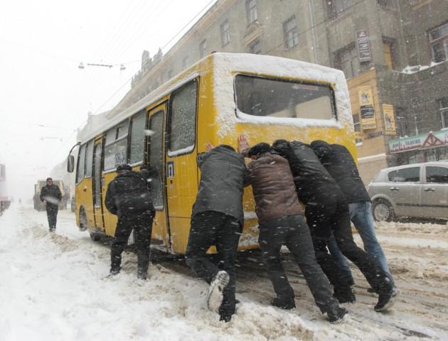 У сніг маршрутки без зимових шин не випускатимуть на вулиці Луцька