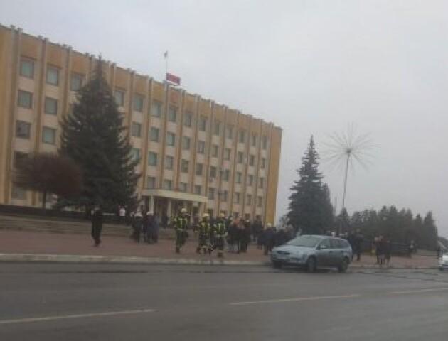 У Нововолинську до міськради викликали поліцію і рятувальників