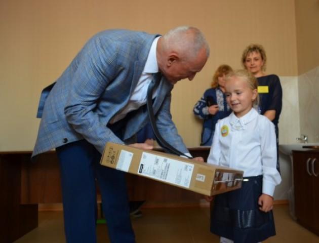 Луцька першокласниця отримала ноутбук від Президента. ФОТО
