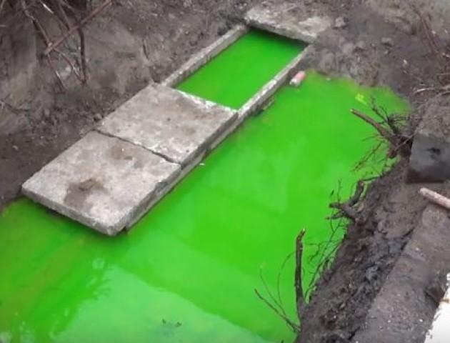 Лучан налякала салатова вода у ямі, де прорвало тепломережу. ВІДЕО