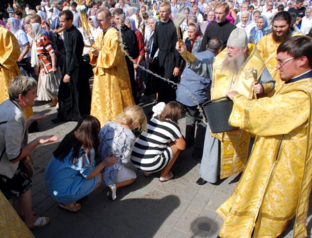 Колона священнослужителів і православні на колінах – Хресний хід у Луцьку. ФОТО
