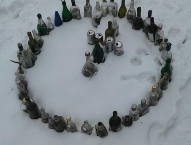 У Центральному парку Луцька невідомі виклали з пляшок хрест в колі