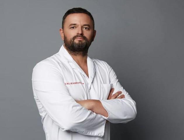 Хірург з Волині Валіхновський показав, як роблять операцію на носі у його клініці. ВІДЕО