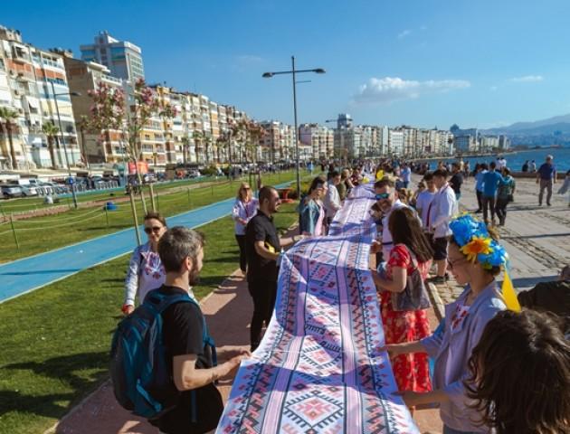 У Туреччині встановили рекорд із найдовшої вишиванки. ФОТО