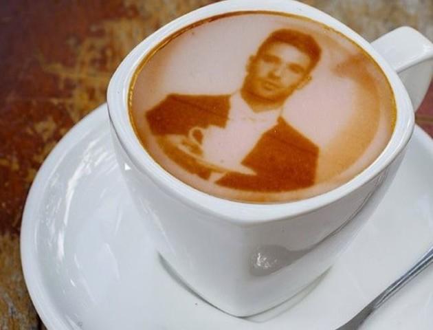 В одній з кав'ярень Лондона клієнтам пропонують сьорбнути власне обличчя. ВІДЕО