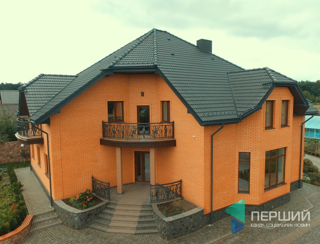 Казкова країна: у селі біля Луцька продають розкішний будинок. ФОТО. ВІДЕО