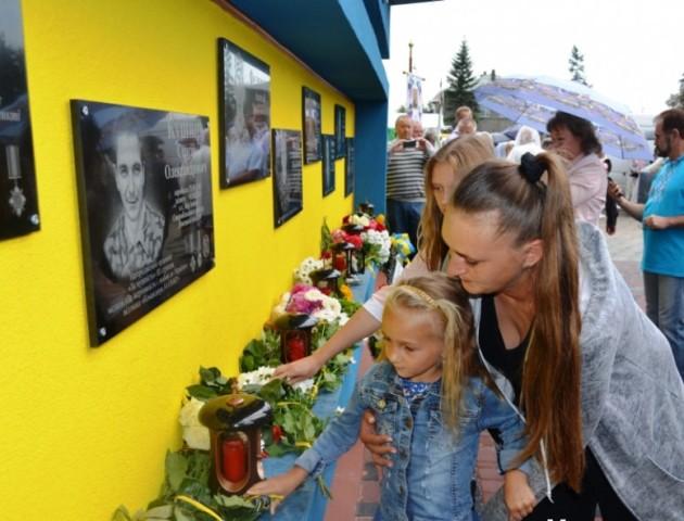 У Любомлі відкрили оновлену стелу «Герої не вмирають»