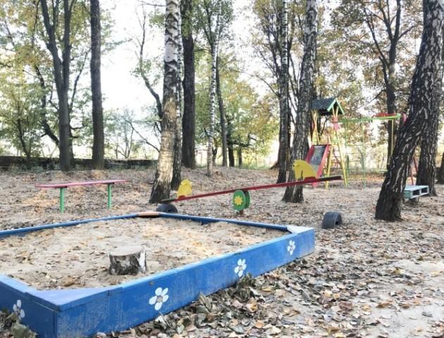 Гойдалки, пісочниця, лавочки – у волинському селищі лісівники збудували дитячий майданчик. ФОТО
