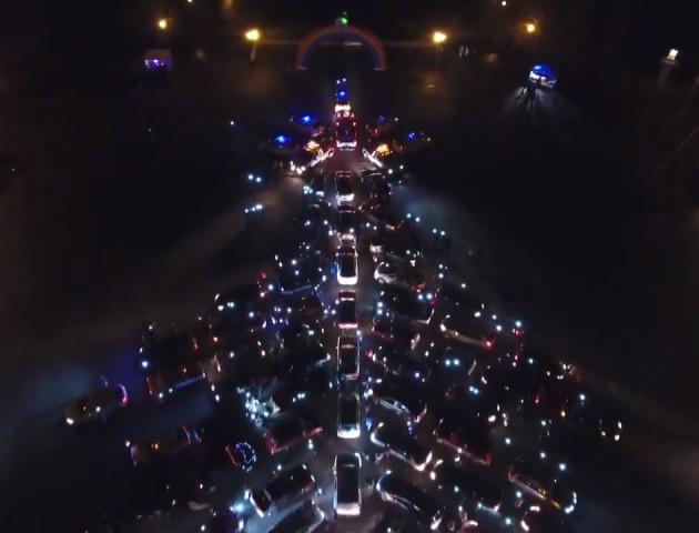 У Запоріжжі створили ялинку з 270 авто.ВІДЕО