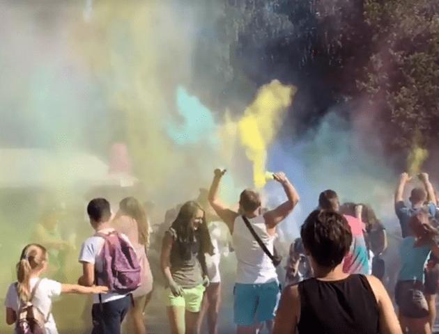 Яскравий День молоді: у Луцьку – фестиваль фарб Холі. ВІДЕО