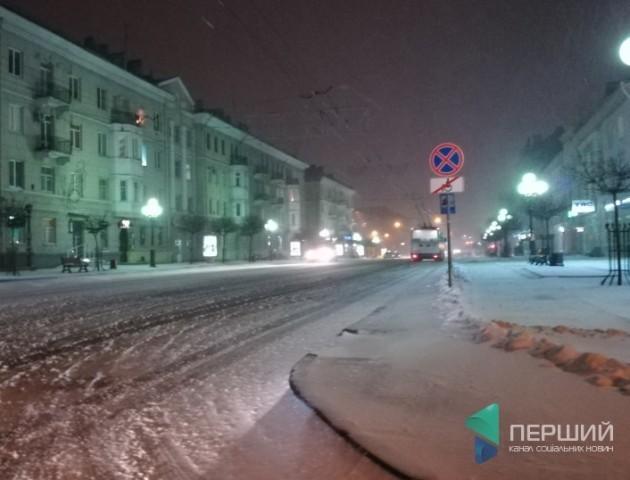 Як у Луцьку очищують вулиці від снігу. ВІДЕО
