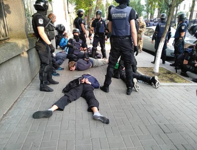 У Києві напали на мітингувальників. ВІДЕО. ФОТО 18 +