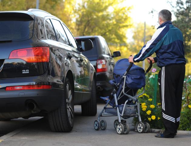 У Луцьку біля одного з будинків автомобілі їздять тротуаром