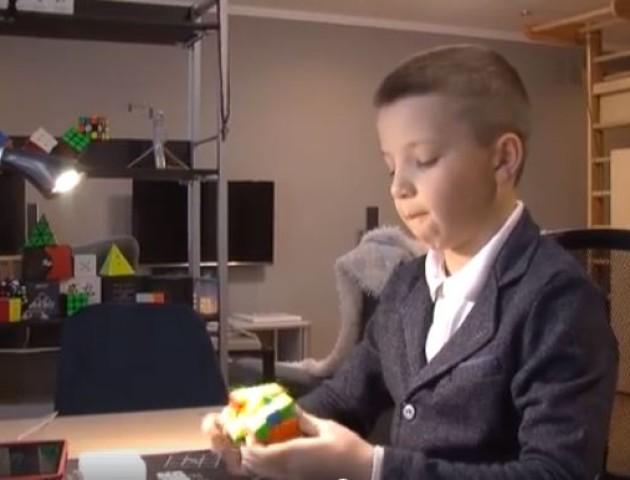 Школяр із села під Луцьком збирає кубик Рубика за 7,23 секунди. ВІДЕО