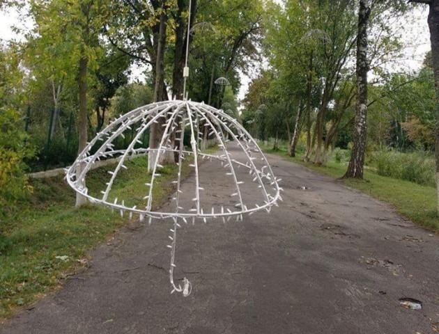 Негода пошкодила ілюмінацію на алеї парасольок у Луцьку. ФОТО
