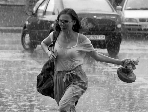 Чорно-білий Луцьк у зливу. ФОТО