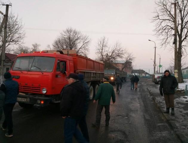 Пекельний рух фур на Волині: сотні вантажівок руйнують містечко