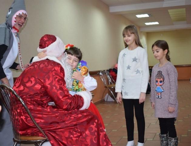 На луцькому заводі влаштували свято для дітей севастопольських льотчиків. ФОТО