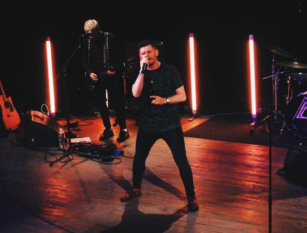 «Підлога пішла з-під ніг»: соліст «Фіолету» проламав сцену на концерті у Луцьку. ВІДЕО