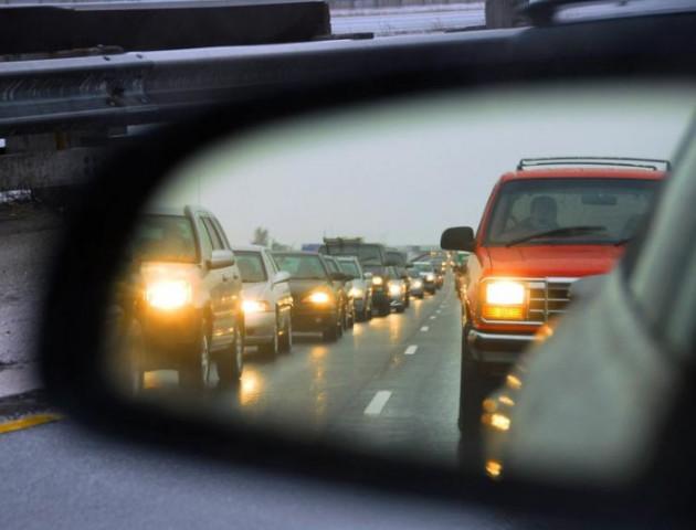 Відсьогодні водії авто мають їздити з увімкненими фарами