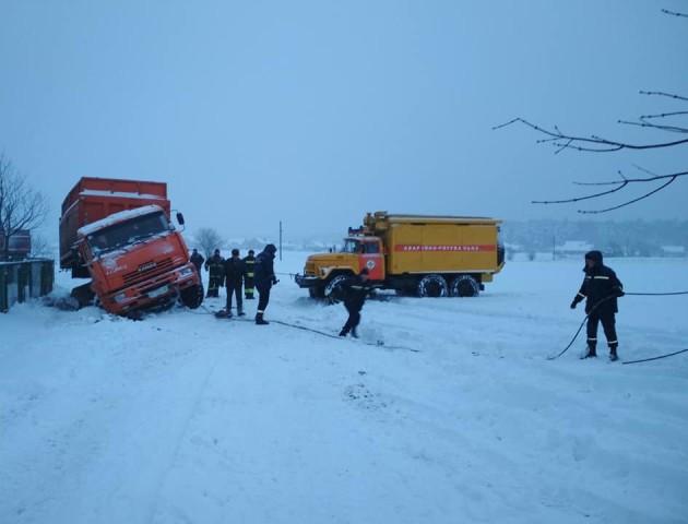 Біля Луцька застрягла у снігу вантажівка із брикетом. ФОТО. ВІДЕО