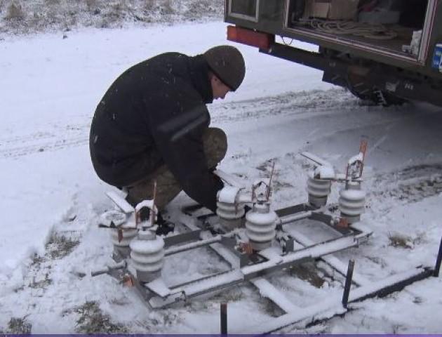 У селі під Луцьком, де три роки не було світла, облаштовують нову лінію електропередач. ВІДЕО