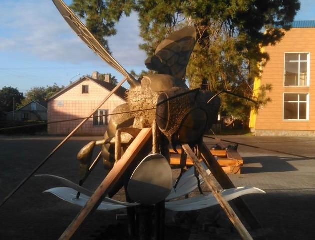 Луцький коваль розповів, як робив гігантську бджолу. ВІДЕО